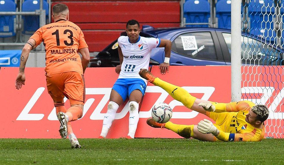 Fotbalisté Baníku Ostrava (v modro-bílém) v duelu 28. kola FORTUNA:LIGY s Mladou Boleslaví (2:1). Záložník Dyjan Carlos de Azevedo.