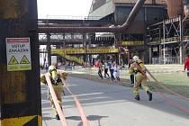 Hasiči z celé republiky se v sobotu utkali v Dolní oblasti Vítkovic na sedmém ročníku mistrovství s českým názvem Nejtvrdší hasič přežije.