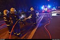 Krátce po půl desáté večerní vzplál v sobotu v Ostravě-Hrabové osobní automobil.