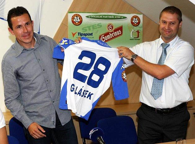 Tomáš Galásek na tiskové konferenci na ostravských Bazalech, kde ohlásil, že se stal hráčem Baníku Ostrava, představuje společně s Tomášem Truchou svůj nový dres