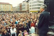Po rozdělení Občanského fóra na Občanskou demokratickou stranu a Občanské hnutí navštívil Václav Klaus náš region několikrát. Na snímku promlouvá k Ostravanům na Masarykově náměstí.