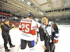 Tým osobností HC Olymp Praha, který se v exhibičním zápase utkal s MK Klemens, diváky vedle hokeje rozesmál řadou netradičních hokejových scének.