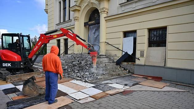 Oprava schodů před radnicí.
