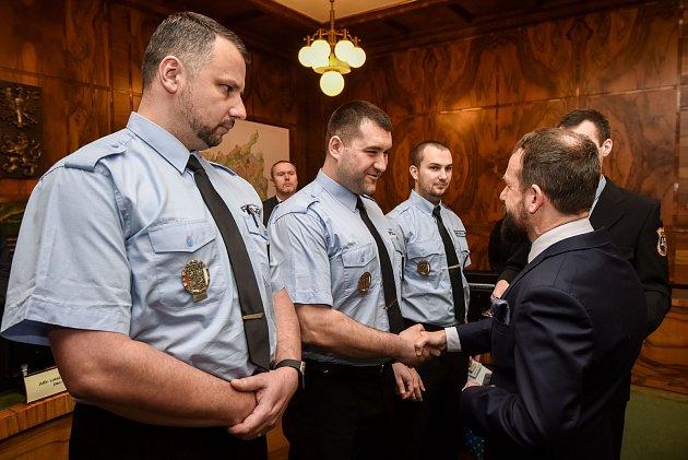 Ocenění ostravských strážníků. Zleva: Petr Veleba, Adam Rokoš a Pavol Kikloš.