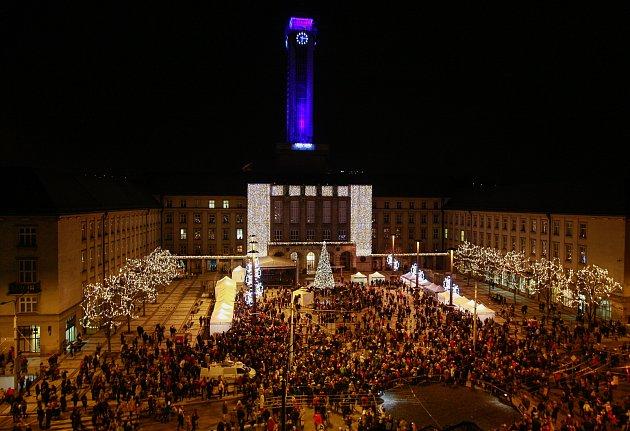 Ostrava ve středu 29. listopadu si naposledy připomněla 750 let od první zmínky o městě. A tečku za oslavami udělala vskutku impozantní. Vzkaz budoucím generacím zanechal v truhle i Deník. Vyvrcholením večera byl velkolepý ohňostroj.