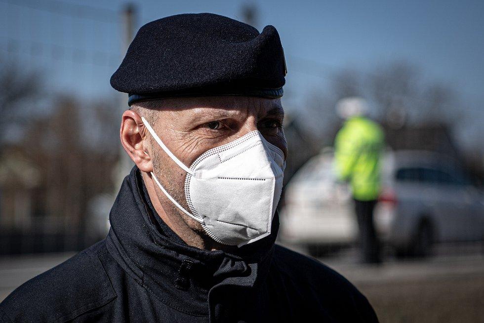 Policejní kontrola mezi okresy Ostrava a Frýdek-Místek na ulici Místecká, 2. března 2021 v Ostravě. Ředitel krajského ředitelství Tomáš Kužel.