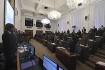 Ostravští zastupitelé 11. prosince 2019 na začátku jednání minutou ticha uctili památku šesti obětí, které den předtím ve Fakultní nemocnici v Ostravě zastřelil dvaačtyřicetiletý muž z Opavska.