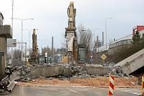 V sobotu začala demolice staré lávky přes Místeckou ulici. Nová by se měla otevřít do konce letošního roku.