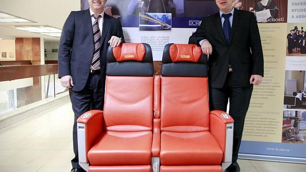 Multifunkční sedadla pro kanadské vyhlídkové vlaky a jejich šéfkonstruktér Jakub Černoch (vpravo) spolu s Ivanem Borutou, jednatelem firmy, která zakázku prováděla.