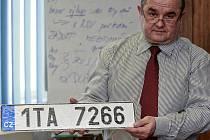 V Ostravě jsou na vydávání nových registračních značek připraveni. Vedoucí odboru dopravně správních činností ostravského magistrátu Dalibor Mozdřeň ukazuje přichystanou sérii začínající 1TA.