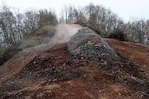 Ochranný val z kamenů pod vrcholem haldy Ema
