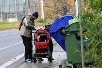Kontejnery na papír jsou častým cílem bezdomovců.