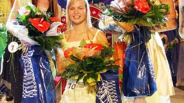 Zuzana Soviarová (vlevo) a Charlotte Hrutová (uprostřed) si zajistili postup do celostátního finále, Barbora Liebigerová se musí spokojit pouze s titulem druhé vicemiss.