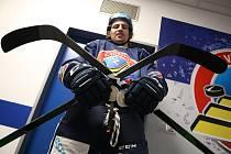 DO BOJE. Zkřížené hokejky Alexe Malleta značí, že ve Vítkovicích berou hokej naplno vzápase i vtréninku.