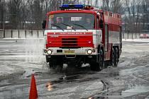 Policisté a hasiči si vyzkoušeli řízení vozidel v extrémních podmínkách.