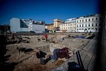 Archeologové prohledávají proluku v centru Ostravy kde má vyrůst nový dům - Nové Lauby, duben 2020.