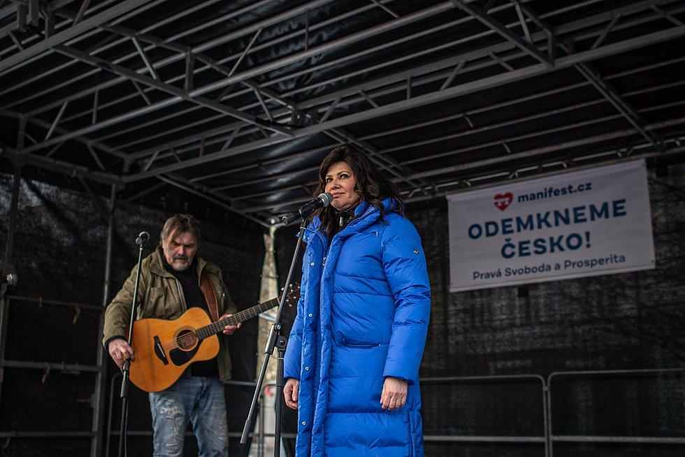 Demonstrace Odemkněme Česko kterou pořádá platforma Manifest, 16. ledna 2021 v Ostravě. Zpěvačka Ilona Csáková.