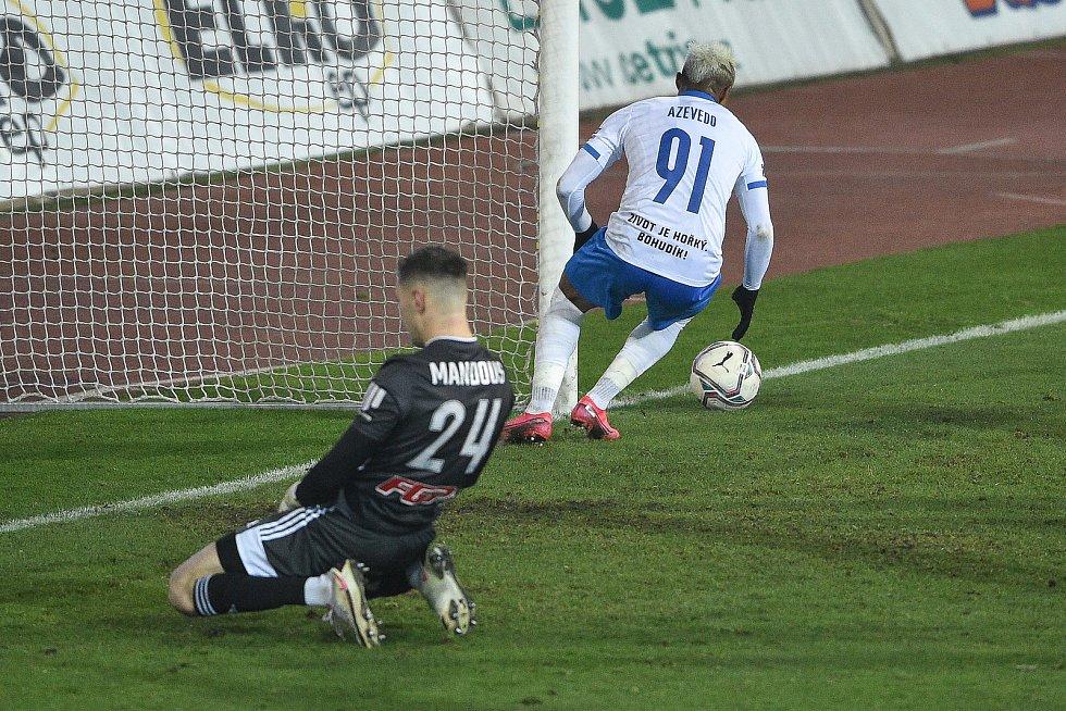 Utkání 13. kola první fotbalové ligy: FC Baník Ostrava - Sigma Olomouc, 18. prosince 2020 v Ostravě. (Zleva) brankář Olomouce Aleš Mandous a Dyjan Carlos De Azevedo z Ostravy.