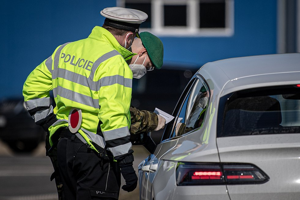 Policejní kontrola mezi okresy Ostrava a Frýdek-Místek na ulici Místecká, 2. března 2021 v Ostravě.