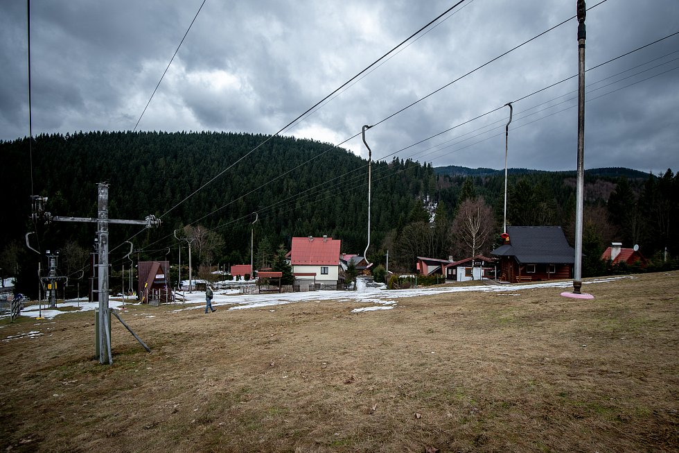 Ve ski areálu Zlatník trvala zimní sezóna pouze devatenáct dní než kompletně roztál sníh, 26. února 2020 v Krásném.