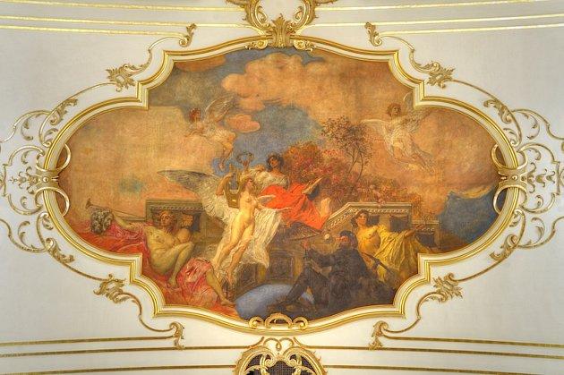 Stropní obraz E. F. Veitha zobrazuje symbolickou postavu Poezie, pod kterou se vznáší Hudba. Vpravo dole sedí horník a nad ním stojí postava Merkura spytlem plným peněz. Na levé straně vyzývá Génius fanfárami knávštěvě divadla (foto Martin Popelář).
