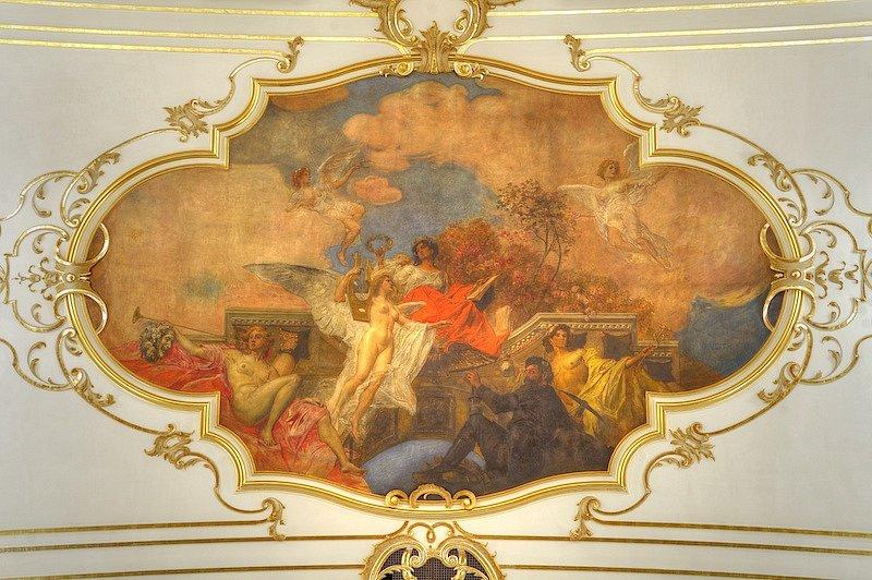 Stropní obraz E. F. Veitha zobrazuje symbolickou postavu Poezie, pod kterou se vznáší Hudba. Vpravo dole sedí horník a nad ním stojí postava Merkura s pytlem plným peněz. Na levé straně vyzývá Génius fanfárami k návštěvě divadla (foto Martin Popelář).