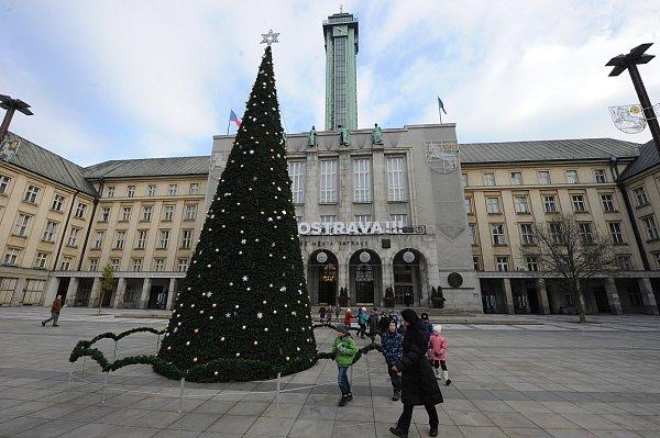 """Do vánočního hávu se už """"oblékla"""" také Nová radnice, včetně Prokešova náměstí."""