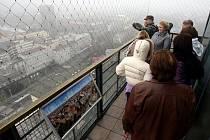 Lidé se přišli rozhlédnout po Ostravě z radniční věže