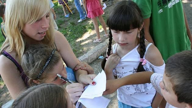 Aneta Boháčová (vlevo) z DD Budišov nad Budišovkou organizovala i s dalšími českými dětmi pro ty ukrajinské mnoho soutěží.