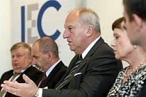 Konference III. ročníku International Energy Clubu. Vpravo předsedkyně Energetického regulačního úřadu Alena Vitásková, vedle ní europoslanec Evžen Tošenovský, ministr průmyslu a obchodu Martin Kuba a generální ředitel strojírenských Vítkovic Jan Světlík.