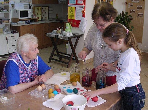 Malování velikonočních vajíček sdětmi ze ZŠ vdenním centru pro seniory Astra vHumpolci.