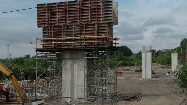 Budoucí nájezd na dálnici u Mariánskohorské ulice dostává podobu.
