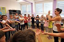 Děti si společně se stážistkou ze Španělska zatančili i macarenu.