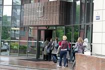 Lidé se vrací po evakuaci do budovy Okresního soudu v Ostravě-Porubě.