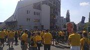 Fanoušci SFC před fotbalovým stadionem v Olomouci.