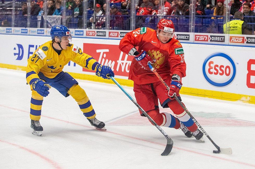 Mistrovství světa hokejistů do 20 let, semifinále: Švédsko - Rusko, 4. ledna 2020 v Ostravě. Na snímku (zleva) Nils Lundkvist (SWE), Ilya Kruglov (RUS).