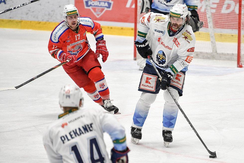 Utkání semifinále play off Chance ligy - 4. zápas: HC RT TORAX Poruba 2011 - Rytíři Kladno, 7. dubna 2021 v Ostravě. (vpravo) Jaromír Jágr z Kladna a Jan Hudeček z Poruby.