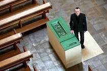 Na snímku zábřežský farář Vítězslav Řehulka ukazuje, kde je uložena vzácná relikvie.