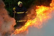 Požáru lisovaných balíků se suchým lnem na poli v Ostravě-Staré Bělé.