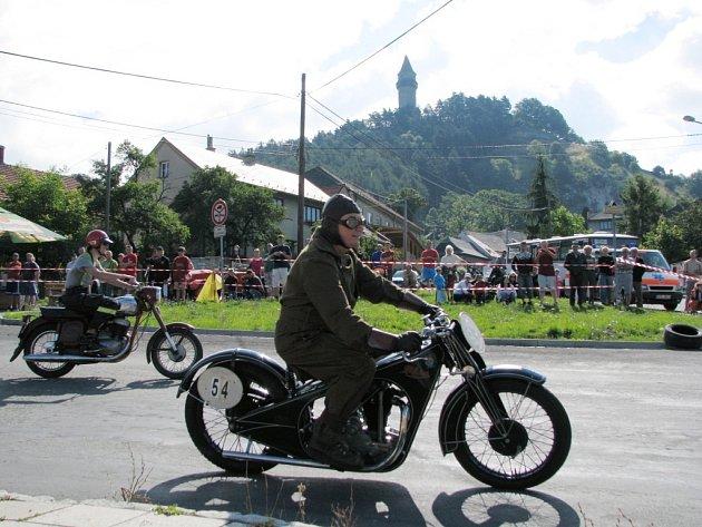 Třetí ročník znovuobnovených závodů pod štramberskou Trúbou viděli v sobotu 19. července stovky lidí. Na startovní čáru se postavilo sedm desítek veteránů z řad závodních automobilů a motocyklů.