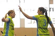 JE TAM! Švédka Madeleine Ellilä (vlevo) a Slovenka Michaela Šponiarová se radují z jedné z pětadvaceti branek, které Vítkovice vstřelily ve florbalovém semifinále play-off extraligy do sítě FBC Ostrava.