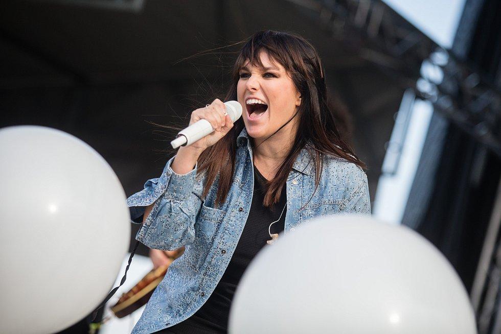 Vystoupení Ewy Farné na Rodinném festivalu Blue Style Prima Fest v areálu Šiklova Mlýna.