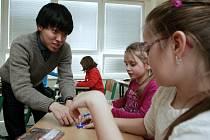 Netradiční hodina angličtiny s japonským praktikantem v třetí třídě ZŠ v Michálkovicích.