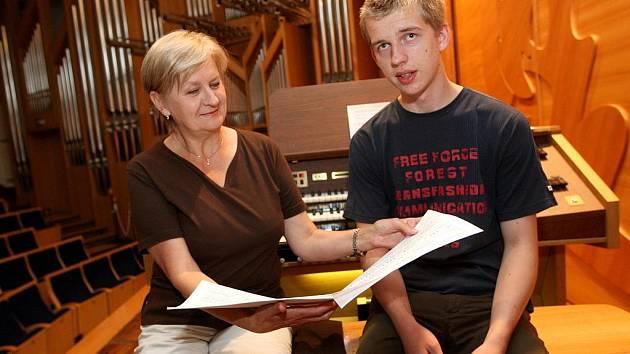 Šestnáctiletý varhaník Marek Kozák se svou pedagožkou Martinou Zelovou.