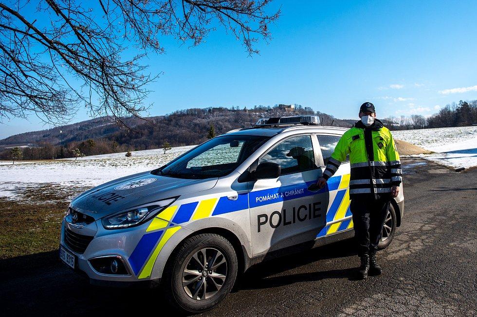 Policie ČR a vojáci začali nařízením vlády ČR kontrolovat, jestli lidé dodržují nová protiepidemická opatření omezující volný pohyb mezi okresy. 6. března 2021 v Hukvaldech.