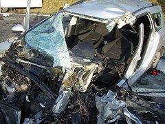 Srážka osobního a nákladního auta skončila těžkým zraněním