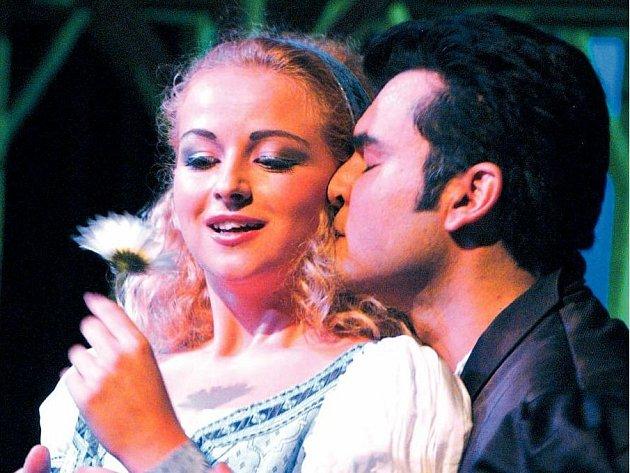 ULIA ELENA SURDU (Markétka) a Luciano Mastro (Faust) v Gounodově opeře Faust a Markétka.