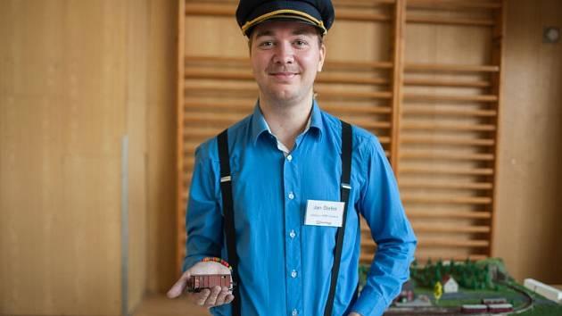 Pětadvacetiletý železniční nadšenec Jan Štefek věnoval svůj život vlakům. Vede Klub železničních modelářů Ostrava (KŽMO) a v dalších volných chvílích jako dobrovolník už deset let pomáhá s údržbou vlaků.