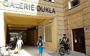 GALERIE DUKLA je krásná, nicméně v žádném případě se to nedá říci o dveřích dvou vchodů mezi zrušenou pivnicí Morava.