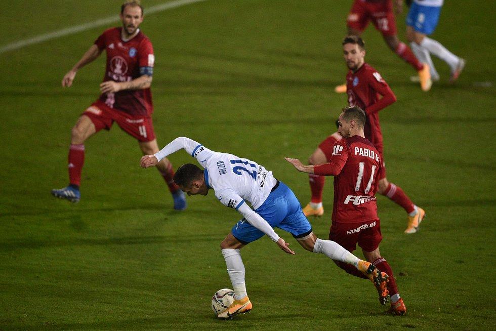 Utkání 13. kola první fotbalové ligy: FC Baník Ostrava - Sigma Olomouc, 18. prosince 2020 v Ostravě. (Zleva) Daniel Holzer z Ostravy a Pablo González z Olomouce.